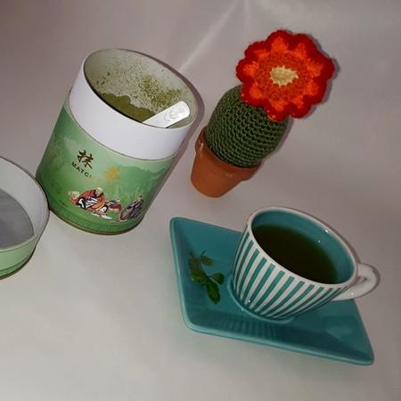 Der Tee wird aus der Teepflanze Camellia sinensis, einer Kamelienart, gewonnen.
